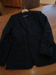 Massgeschneiderter schwarzer Anzug