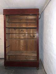 Antiker Schrank ohne Türen als