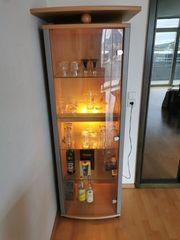 Standvitrine aus Holz mit Glasstür