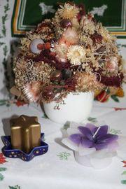 Weihnachtsdekoration Gesteck aus Strohblumen Kerzen