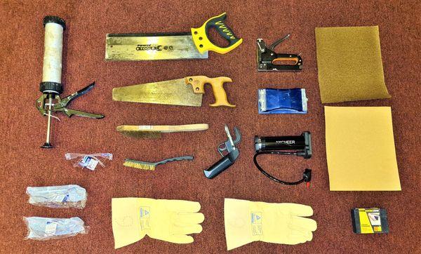 Werkzeug Säge Tacker Silikonspritze Schutzbrille Luftpumpe Klotz
