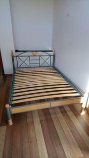 Bett mit Metallrahmen und Lattenrost
