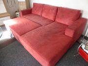 rote ausziehbare Schlafcouch