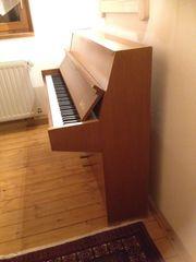 Schönes Piano Nussbau hell für
