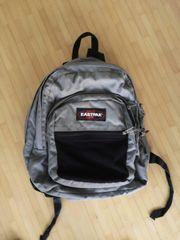 großer Eastpak Rucksack mit Gebrauchsspuren