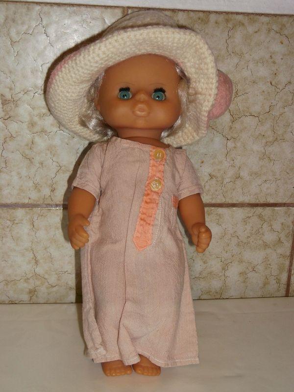 Blonde Babypuppe mit gehäkeltem Hut