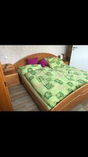 Schlafzimmer Bett mit Nachttisch