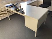 Schreibtisch mit Beistelltisch