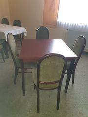 Tische und Stühle