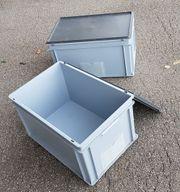 2 graue Plastikboxen mit Deckel