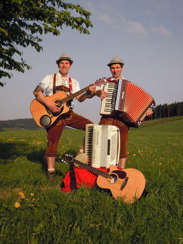 MusikerDuo mit Akkordeon und Gitarre