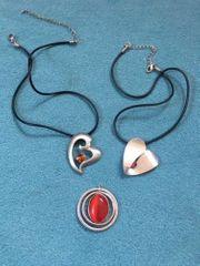2 silberfarbene Herzanhänger mit Halsband