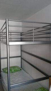 Hochbett aus Metal mit Leiter