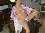 Naturscharfe Hausfrau zeigt sich gerne