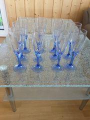 Elf blaue Sektgläser