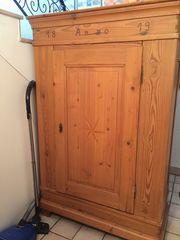 Antiker alter Kiefern Holzschrank oder