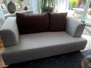2-sitzer Couch mit braunen Kissen