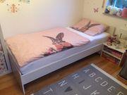 Weißes Gäste- Kinderbett mit Zubehör