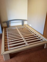 sehr gut erhaltenes Bett