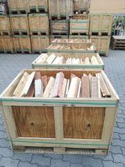 Holz Kiste mit Holz Bretten