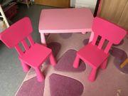 Kindertisch und zwei Stühle