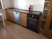 Einbauküche mit Kühlschrank und Elektrogeräten