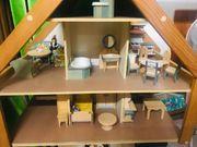 neuwertiges Holz-Puppenhaus mit viel Zubehör