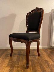 Schöne Stühle im antiken Stil
