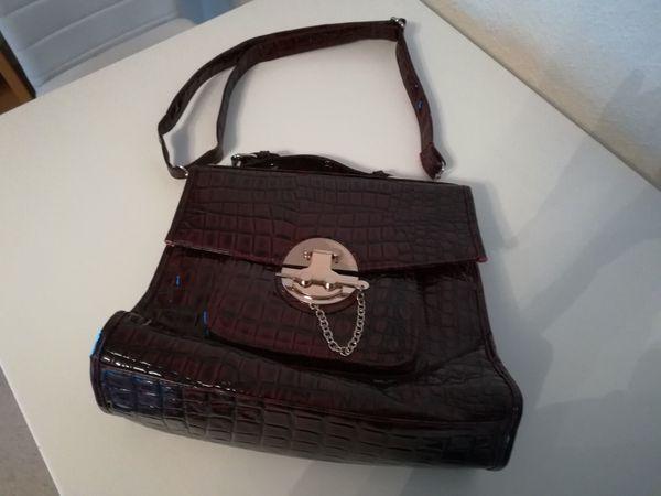 Damen Handtasche, Hochwertig für kleines Geld! - Langen - Verkaufe eine Damen Handtasche in der Farbe Dunkelrot, Ziegelrot. Die Handtasche hat überhaupt keine Gebrauchsspuren, da diese nie benutzt worden ist. Die Tasche wurde nur im Kleiderschrank aufbewahrt, Zustand wie Neu. Qualität bei dieser Handt - Langen
