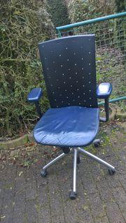 Komfortabler Bürodrehstuhl mit Ledersitz
