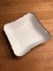 Viereckige weiße Porzellanschüssel mit Goldrand