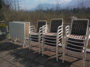 14 Gartenstühle und 2 Tische