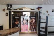 Ladeneinrichtung Hängeregal Warenschrank Friseurladen Spiegel