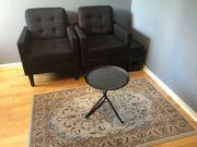 Sessel mit Beistelltisch und Teppich