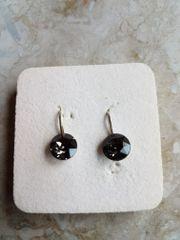 Neue Ohrhänger mit schwarzem Glas