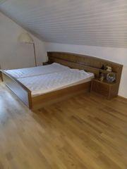 King-Size-Bett mit Nachttischen aus Massivholz