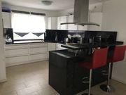 Hochwertige Küche weiß mit schwarze
