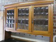 schönes altes Küchenbuffet mit Glasvitrine