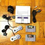 Super Nintendo SNES-Systemkonsole mit 2