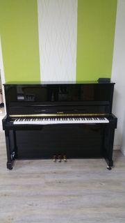 Ein schönes schwarzes hochglanzpoliertes Klavier