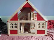 Puppenhaus aus Holz mit vielen