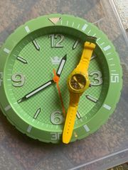 Wanduhr und Armbanduhr