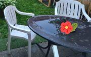 Gartentisch und Stühle