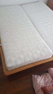 Bett mit Matratzen und Lattenrost