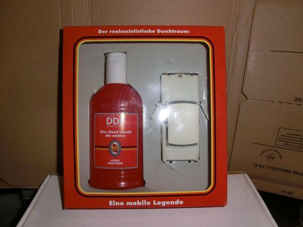 DDR-Duschbad mit Trabi-Modell Nostalgie lustig