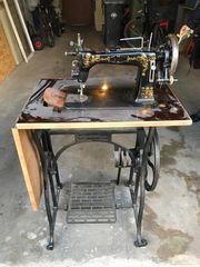 Alt antike Nähmaschine mit Metallgestell