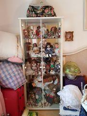 Puppenvitrine mit Puppen