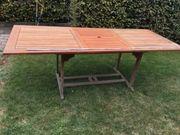 Wenig genutzter ausziehbarer Holztisch Terasse