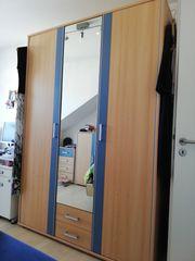 Schöner Kleiderschrank mit Spiegel