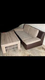 Sofa umd Tisch in einem